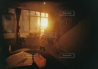 暗い部屋の暖炉の写真・画像素材[3458978]