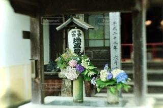 建物の上に座っている花瓶の写真・画像素材[3459148]