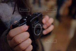 ビデオゲームのリモコンを持つ手の写真・画像素材[3459320]