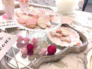 テーブルにバースデー ケーキのプレートの写真・画像素材[1252747]