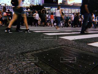 通りを歩く人々 のグループの写真・画像素材[1252922]