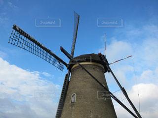 バック グラウンドでの風車の写真・画像素材[1107085]