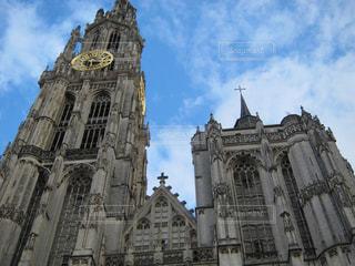 大きい石造りの時計塔のある建物の写真・画像素材[1107086]