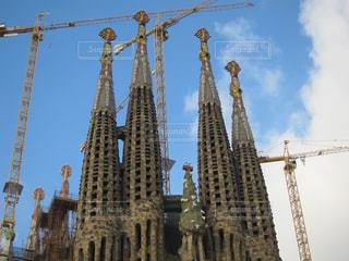 背景のサグラダ ・ ファミリアと背の高い建物の表示の写真・画像素材[1107139]