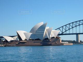 水の体の上のシドニー ・ オペラ ・ ハウスの写真・画像素材[1107187]