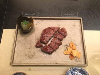 ケーキでまな板の上の肉の部分の写真・画像素材[1075054]