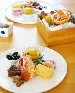 テーブルの上に食べ物のプレートの写真・画像素材[1727628]