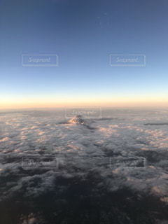 朝焼けの空と富士の頂の写真・画像素材[1094934]