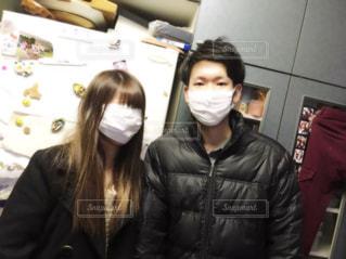 顔の大きさが違いすぎて、マスクの大きさが同じなのに、妹は顔が完全に見えない。の写真・画像素材[1077163]