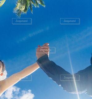 手をつないでくの写真・画像素材[1105604]