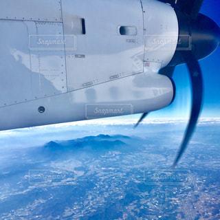 プロペラ機で空の旅の写真・画像素材[1119392]