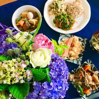 花,おうちごはん,食卓,花束,プレゼント,紫陽花,ブーケ,贈り物,料理,和食,休日,梅雨,お休み,サプライズ,ギフト,花のある生活
