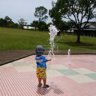 子ども,公園,夏,屋外,帽子,子供,噴水,水遊び,男の子,熱中症対策,暑さに負けるな,一人占め