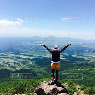 山の上に立っている人の写真・画像素材[1405352]