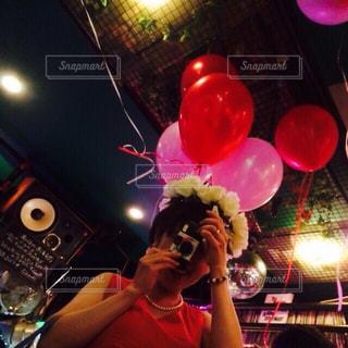 女性,屋内,ピンク,花嫁,風船,女,人物,人,バルーン,パーティー,pink,使い捨てカメラ,ウェディングパーティー