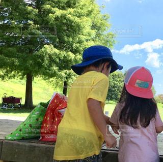 子ども,空,公園,夏,秋,雲,青空,季節,人物,人,兄妹,陽射し,夏の終わり,秋空,季節の変わり目