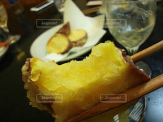 食べ物,秋,芋,さつまいも,天ぷら,食べかけ,食欲,秋の味覚,サツマイモ,芋天,食欲の秋,ホクホク,かんしょ,甘藷,芋の天ぷら