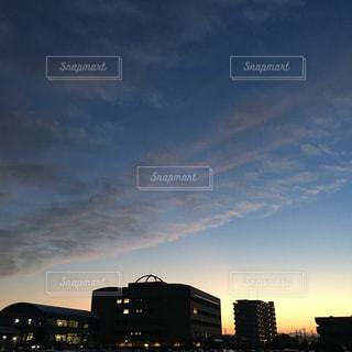 街に沈む夕日の写真・画像素材[1487872]