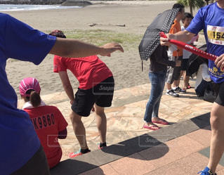 足,砂浜,手,走る,人物,人,ジョギング,マラソン,運動,仲間,マラソン大会,運動靴,チーム,スポーツの秋,たすき,リレーマラソン