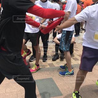 足,砂浜,手,走る,人物,人,ジョギング,マラソン,運動,グループ,仲間,マラソン大会,運動靴,チーム,スポーツの秋,たすき,リレーマラソン