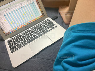 女性,屋内,足,パソコン,人物,人,PC,キーボード,USB,作業中,コンピューター,資料,ノート パソコン,ノート型パソコン