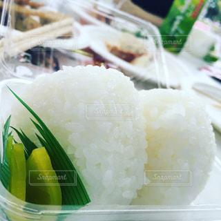 食べ物,食事,白,おにぎり,ご飯,米,ホワイト,お米,白ごはん,米粒,たくあん,塩おにぎり
