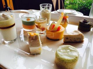 テーブルの上に食べ物のプレートの写真・画像素材[1671243]