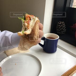 男性,コーヒー,食事,ランチ,マグカップ,ワイシャツ,サンドイッチ,紅茶,朝ごはん,ビジネスマン