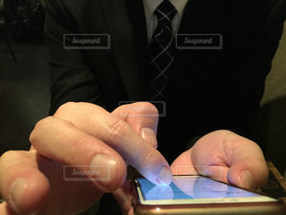 携帯電話を持つ手の写真・画像素材[1695155]