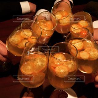 男性,手,カクテル,乾杯,ドリンク,金柑,スーツ,二次会,きんかん,たまシャン,金柑カクテル