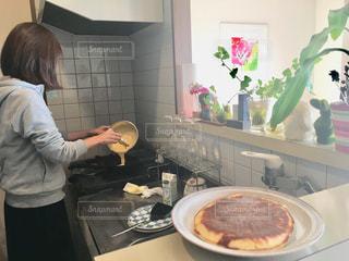 キッチンで料理をつくる人の写真・画像素材[1785998]