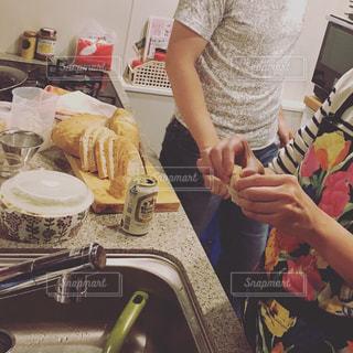 食品を準備する台所に立っている人の写真・画像素材[1788114]