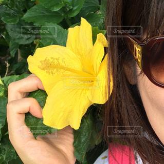 女性,花,夏,南国,サングラス,黄色,手,人物,人,ハワイ,イエロー,彩り,yellow