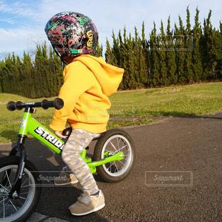 子ども,空,自転車,屋外,黄色,子供,人物,人,イエロー,ヘルメット,男の子,スニーカー,ストライダー,yellow,パーカー
