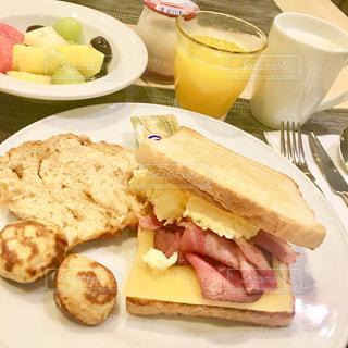 食べ物,朝食,ジュース,黄色,パン,テーブル,フルーツ,果物,皿,トースト,チーズ,サンドイッチ,ハム,イエロー,ドリンク,オレンジジュース,フレッシュジュース,yellow,カットフルーツ