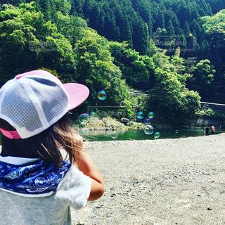 家族,風景,アウトドア,夏,屋外,緑,後ろ姿,帽子,川,田舎,山,女の子,少女,河原,シャボン玉,人物,背中,人,後姿,キャンプ,夏休み,お休み,渓流,川遊び,しゃぼん玉,夏の思い出