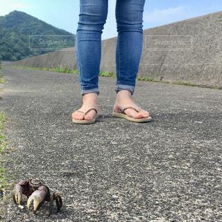 岩の多い浜辺に立つ女性の写真・画像素材[2415797]