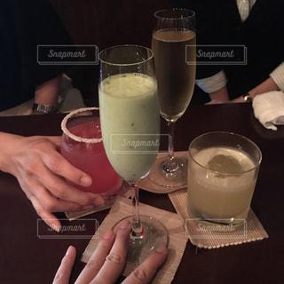 飲み物,手,人物,人,グラス,カクテル,乾杯,バー,ドリンク,女子会