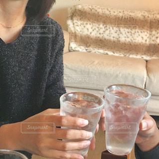女性,男性,飲み物,屋内,手,人物,人,グラス,ソファ,焼酎,乾杯,ドリンク,家飲み,水割り,昼飲み,部屋飲み