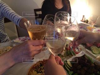 女性,飲み物,屋内,手,人物,人,ワイン,グラス,乾杯,ドリンク,女子会,パーティー,ホームパーティー,ワイングラス,スパークリングワイン,家飲み,スパークリング,部屋飲み