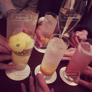 飲み物,屋内,手,人物,グラス,おしゃべり,泡,カクテル,乾杯,ドリンク,パーティー,ワイングラス,スパークリングワイン,スパークリング,二次会