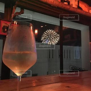 飲み物,夏,夜,花火,窓,窓辺,ワイン,グラス,泡,乾杯,バー,ドリンク,お一人様,カウンター,夏祭り,白ワイン,ワイングラス,夏まつり