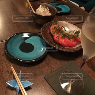 食べ物,食事,トマト,皿,ワイン,グラス,箸,箸置き,乾杯,ドリンク,お皿,居酒屋,鶴,飲料,ワイングラス,スパークリングワイン,小料理屋,冷やしトマト,乾杯待ち
