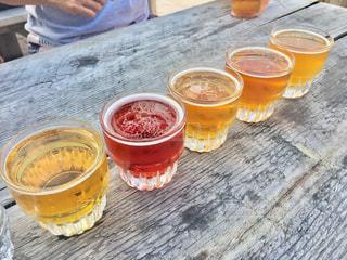 屋外,テーブル,グラス,ビール,乾杯,ドリンク,飲料,飲み比べ,乾杯待ち