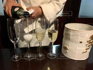 手,ガラス,人物,人,ワイン,ボトル,グラス,シェフ,レストラン,泡,乾杯,ドリンク,シャンパン,アルコール,シャンパングラス,ワイングラス,スパークリングワイン,ワインクーラー