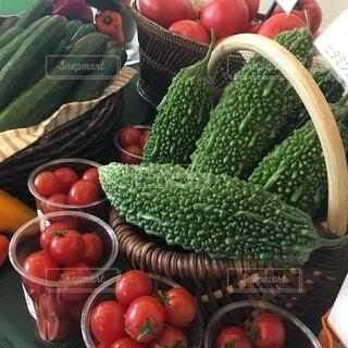 食べ物,緑,赤,トマト,野菜,ミニトマト,食品,キュウリ,ディスプレイ,展示,ゴーヤー,食材,フレッシュ,ベジタブル,きゅうり,カゴ盛り