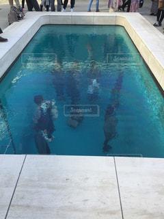青いプールの水の写真・画像素材[1079415]