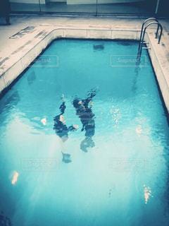 スイミング プールの男の写真・画像素材[1320526]