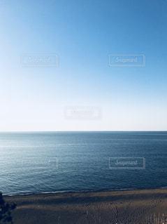海の横にある水の体の写真・画像素材[1385904]