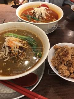 テーブルにあるスープのボウルの写真・画像素材[1650470]